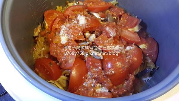 老三用電子鍋做料理-蕃茄義大利肉醬麵17.jpg