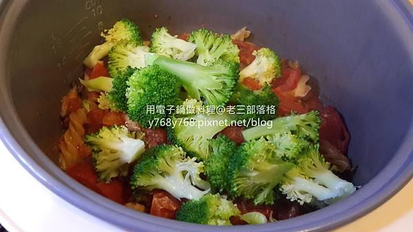 老三用電子鍋做料理-蕃茄義大利肉醬麵21.jpg