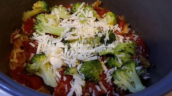 老三用電子鍋做料理-蕃茄義大利肉醬麵22.jpg