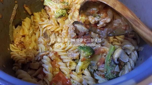 老三用電子鍋做料理-蕃茄義大利肉醬麵24.jpg