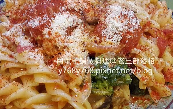 老三用電子鍋做料理-蕃茄義大利肉醬麵27.jpg