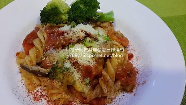 老三用電子鍋做料理-蕃茄義大利肉醬麵30.jpg