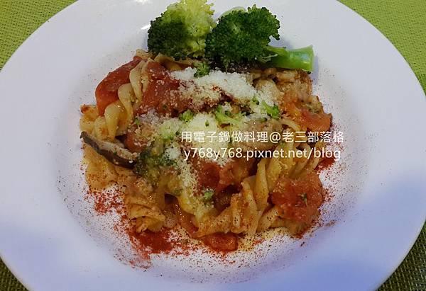 老三用電子鍋做料理-蕃茄義大利肉醬麵28.jpg