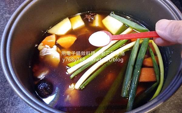 老三用電子鍋做料理-紅燒豬肉湯13.jpg