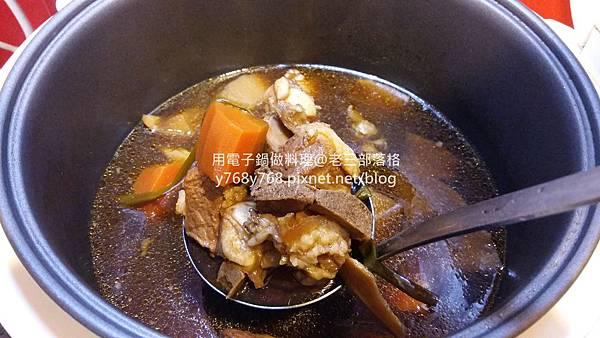 老三用電子鍋做料理-紅燒豬肉湯16.jpg