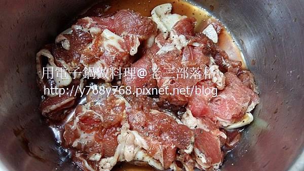老三用電鍋做料理醃肉.jpg
