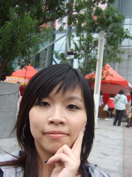 本來要跟小巨蛋牌子一起拍照,變成自拍!!
