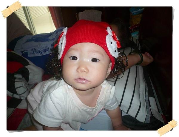戴紅假髮帽的妞