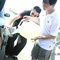 兩個笨蛋開到車沒油都不知道,還在高架橋上,真是夠蠢的!