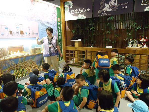 105.05.27校外教學之一:台中文創園區酒文化館 (66).JPG