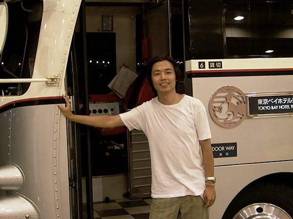 先抵達Tokyo的小龍(身後為Disney為飯店開的專車)