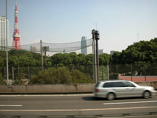 東京的高速公路(遠方為東京鐵塔)