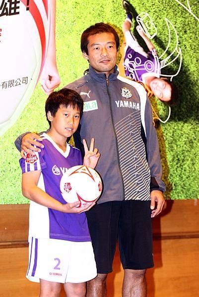 【YAMAHA CUP】日本JUBILO磐田足球隊教練茶野隆行贈送親筆簽名的YAMAHA CUP專屬用球至天母足球社代表  勉勵孩童持續提升自我實力