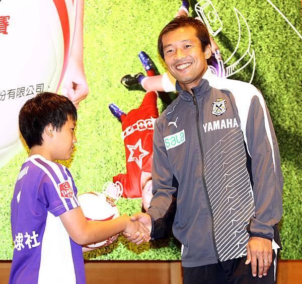 【YAMAHA CUP】日本JUBILO磐田足球隊教練茶野隆行二度來台指導學童足球技巧  致贈親筆簽名的YAMAHA CUP專屬用球期待與孩童1月11日決賽再見.jpg