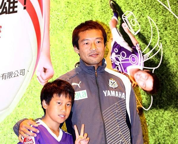 【YAMAHA CUP】日本JUBILO磐田足球隊教練茶野隆行贈送親筆簽名的YAMAHA CUP專屬用球至天母足球社代表  勉勵孩童持續提升自我實力.jpg
