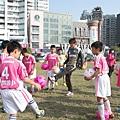 140JUBILO也帶來精彩的足球教室來會小朋友精進球技,圖為教練伊藤良馬指導小選手點球技巧。.jpg