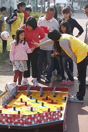 10周邊遊戲也讓現場的觀眾加入足球的行列,玩得不亦樂乎!.JPG