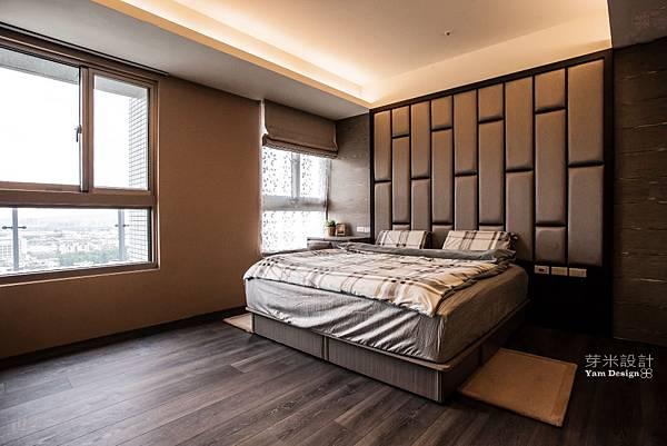 9床頭背牆的繃布設計,符合業主的期待,並將掀鏡式的化妝台巧妙的融合其中。