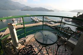 飯店陽台眺望湖景