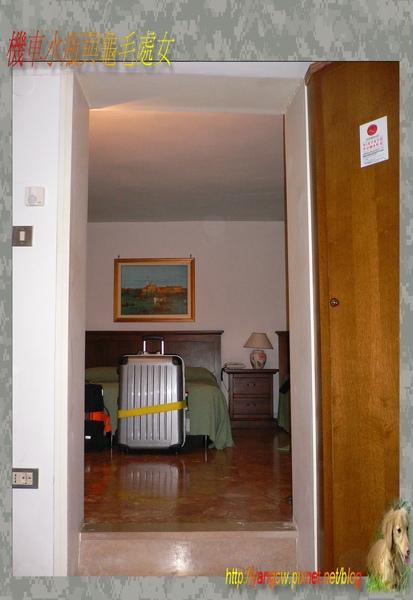 P1030396-威尼斯住宿房間-小廳往房間.jpg