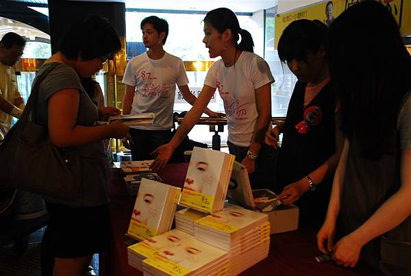 觀眾熱烈購買電影書