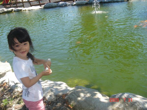 妍粉開心在餵魚