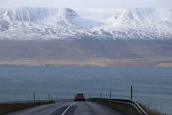 【東遊】冰島環島遊DAY7-朝聖冰與火之歌「地洞溫泉」眾神瀑布超震撼之阿克雷里吃熱狗住豪宅