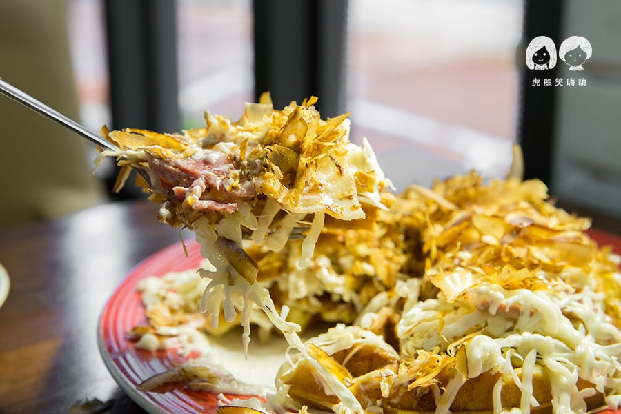 綠八角 屏東 餐廳 美食 大阪燒風味鬆餅NT198(打卡$168) 培根、高麗菜、美乃滋、柴魚片、大阪燒醬