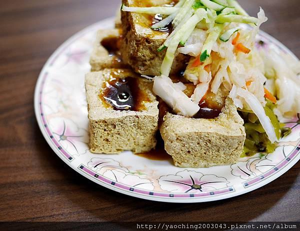 1438416836 2241680239 n - 台中北區 廟口阿嬤臭豆腐,來自苗栗通霄的40年美味在台中也能吃得到,臭豆腐與豬血湯真的不錯