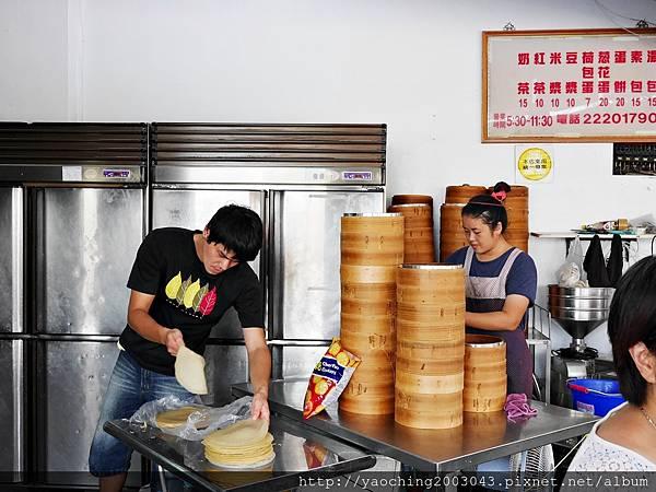 1440602869 3539727911 n - 台中東區 無名人氣湯包,每天都有排不完的隊伍,招牌湯包肉汁多到可以用吸管弄成隨手包帶走