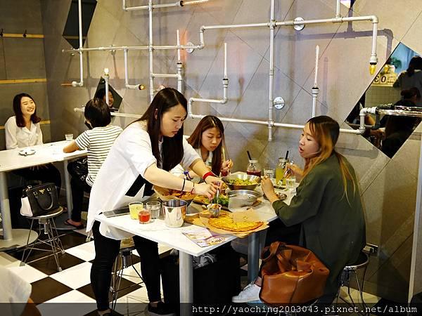 1441768562 1027926496 n - 【熱血採訪】台中西區 KATZ卡司美韓創意料理,鬧區中的食尚酒館,韓式炸雞不再小,每個都是大塊頭,飯糰還要自捏