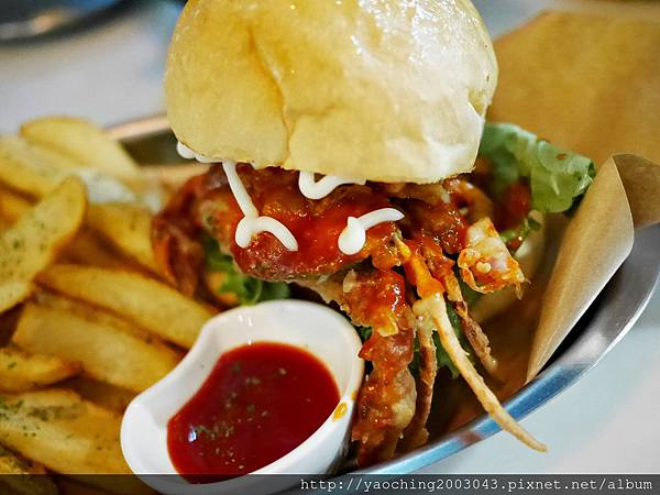 1441768629 3048774142 n - 【熱血採訪】台中西區 KATZ卡司美韓創意料理,鬧區中的食尚酒館,韓式炸雞不再小,每個都是大塊頭,飯糰還要自捏