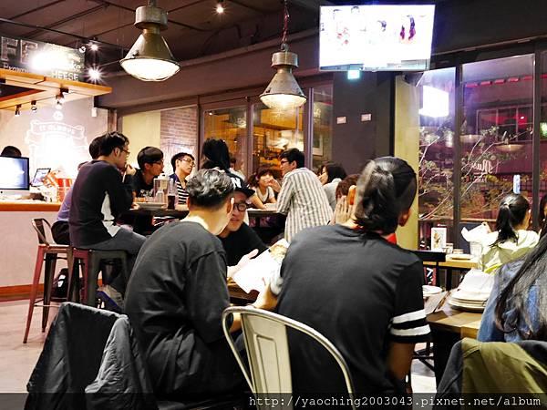 1445659145 747070944 n - 【熱血採訪】台中北區 EMMA'S CAFE中醫商圈的餐飲新秀,適合多人共享及朋友聚會,夜晚喜歡喝一杯的人也別錯過了