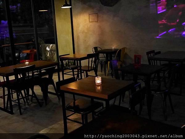 1445659362 2704666607 n - 【熱血採訪】台中北區 EMMA'S CAFE中醫商圈的餐飲新秀,適合多人共享及朋友聚會,夜晚喜歡喝一杯的人也別錯過了