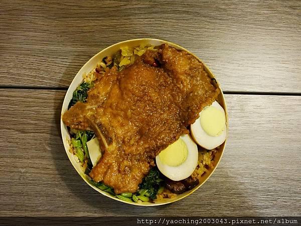 1446987445 2081017239 n - 【熱血採訪】台中逢甲 鐵味食堂,打破一般便當店的傳統印象,提供一個方便快速兼具美味的餐盒,秋刀魚正逢時令不吃可惜喔!