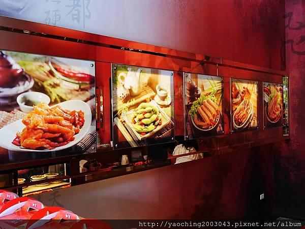 1447977335 3355565263 n - 【熱血採訪】台中北屯 加賀煙燻無骨雞爪,原味雞爪適合搭配蒜頭一起食用,辣味的雞爪就來一瓶酒吧