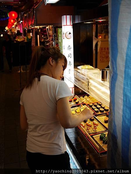 1462449971 2428569156 n - 【熱血採訪】台中西屯 樂町十元壽司,逢甲歡樂星又有新店家進駐了,現點現做種類約有30-40種,口味仍要以現場為主