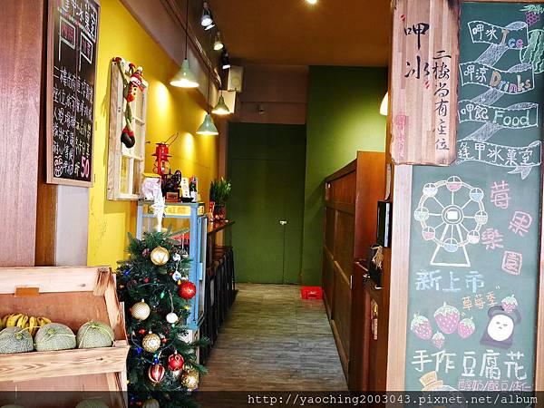 1485879098 3602328069 n - 【熱血採訪】台中西屯 逢甲冰菓室,復古風的人氣商店裡除了賣涼水外還有熱呼呼的小炸物可選,大份量的莓果樂園閃亮上市中