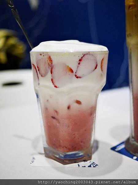1487469105 4011385463 n - 【熱血採訪】台中西屯 Who's tea鬍子茶,2月草莓季推出限量草莓特餐,草莓拿鐵、草莓帕里尼就是要粉,鄰近逢甲商圈、星享道酒店對面