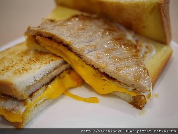 1495854165 3537332967 n - 台中北區 家庭號早餐,梅亭街上的小清新早餐店,主打肉蛋吐司、類似明倫口感的粉漿蛋餅及豆漿飲品,雞絲蛋餅有吃雞肉飯的感覺