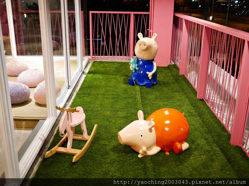 1551051355 2023911194 l - 台中北屯 全家台中情人店,豬年大發,可愛佩佩站在這裡迎接大小朋友到來,可以順便去情人橋走走
