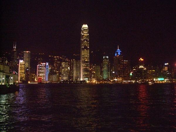 從海港城往大樓拍的夜景