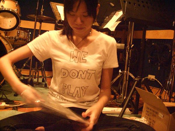 推機的T shirt上寫著 we don't play...