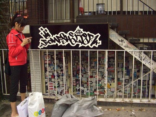 在一間專賣噴漆的商店門口