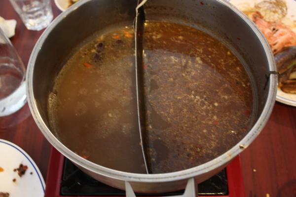 沒看錯...這是陽春了點的麻辣鍋底