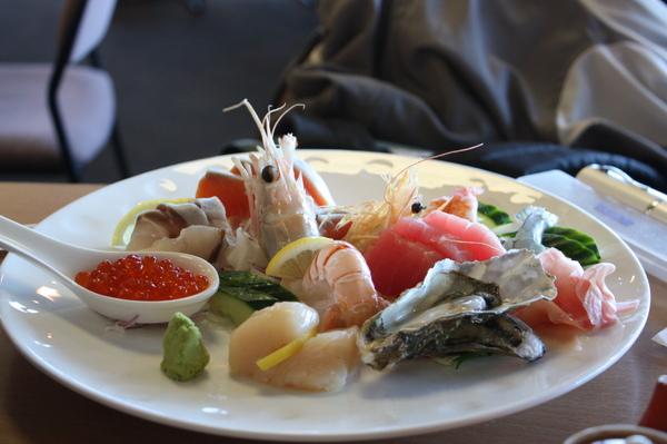 還有一大盤忘了菜名的海鮮