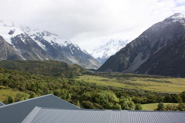 從房間望出去..覆蓋著雪的山腳下就是我們要去探險的冰河
