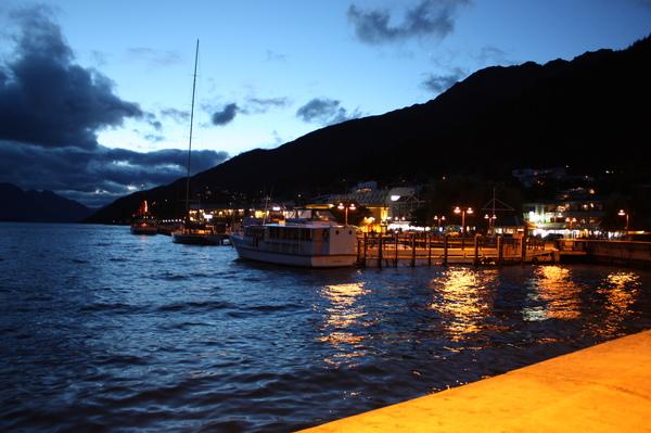 夜晚的皇后鎮港口景色..紐西蘭晝長夜短..現在其實已經是晚上8點多了..天色還沒完全暗呢