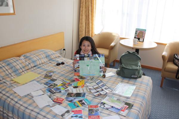 搞定帝阿瑙的旅館..就要為下個行程準備..我真是賢慧啊(擺個姿勢最會了)cc...