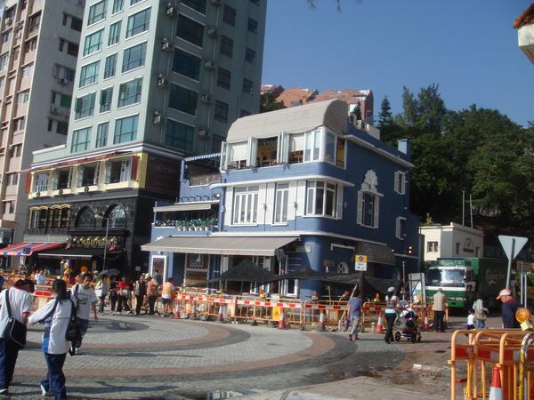 在岸邊很多異國風情建築有別於香港的鋼筋水泥大樓